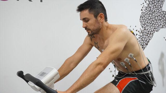 Oriol Vidal realitzant la reivisó mèdica esportiva