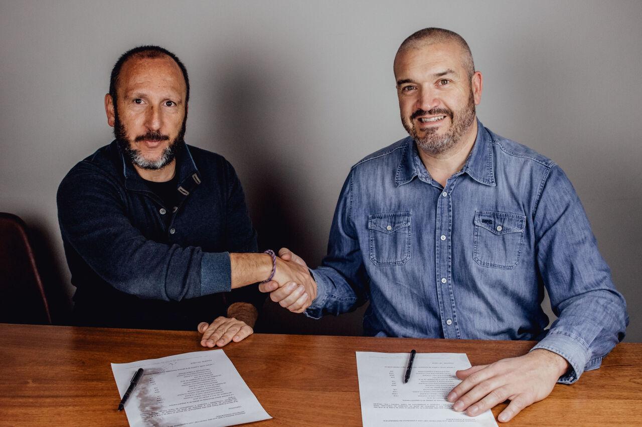 En Marc Madruga i el Dr. Dani Castillo en la signatura del conveni